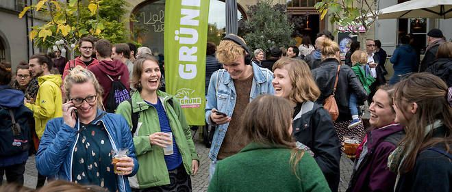 Selon la troisième projection de l'institut gfs.bern, les Verts obtiendraient 28 députés (13% des voix), au terme d'une campagne largement marquée par la question du changement climatique. Les Vert'libéraux progresseraient à 16 sièges (7,9% des voix).