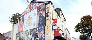 La route de Shankill est parsemée de peintures murales géantes représentant des hommes armés loyalistes ou encore la reine Elizabeth II.
