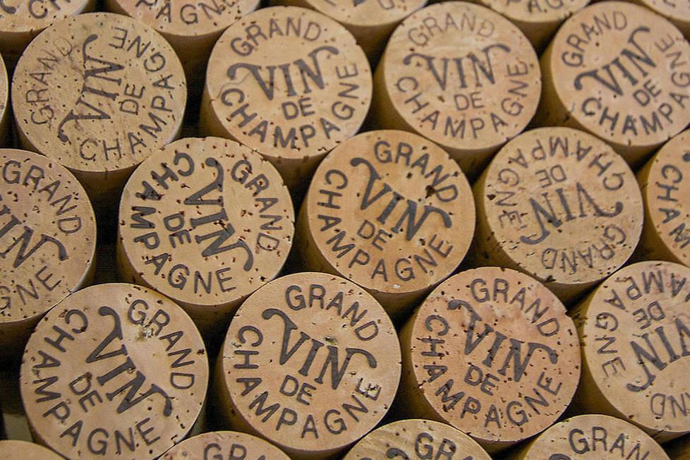 <p><strong>Appellation d'origine contrôlée (AOC). </strong>Comme tous les grands vins, l'appellation «Champagne» est réglementée par un ensemble de critères très stricts: cépages utilisés, rendement à l'hectare et au pressurage, taille des vignes, durée des fermentations etc.</p>