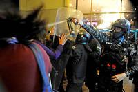 De violents incidents ont eclate lundi soir dans diverses regions de la Bolivie apres la publication de resultats contestes de l'election presidentielle.
