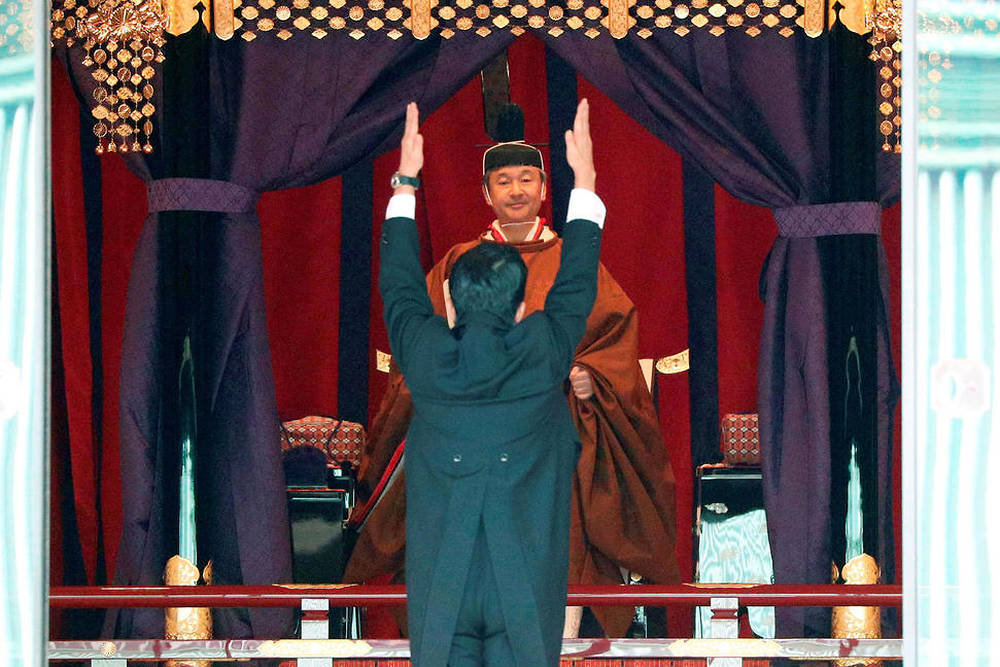 Shinzo Abe rend hommage à l'Empereur Naruhito.
