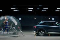 Une athlète qui court dans une bulle branchée au pot d'échappement d'une voiture, c'est la publicité pour le moins osée qu'adopte Hyundai pour vanter la propreté des émissions de sa Nexo à hydrogène.