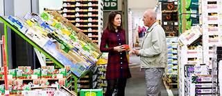 Maguelone Pontier, directrice du MIN, à la rencontre des grossistes en fruits et légumes, le 9octobre.  ©Lydie LECARPENTIER/REA