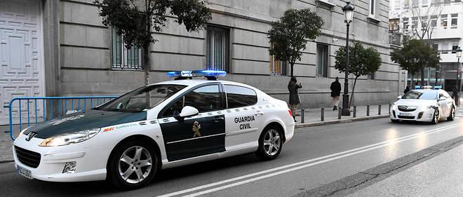 La police et les gendarmes ont pénétré dans l'appartement situé au deuxième étage par le balcon et découvert, dans la salle de bains, le corps momifié de la femme.