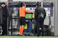 Un arbitre consulte la vidéo lors d'un match de Ligue 1.
