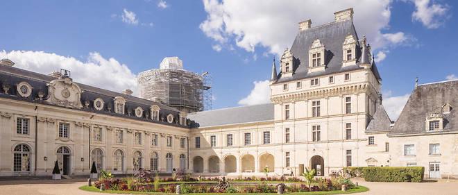 Plusieurs mentions des archives du château de Valençay, autrefois propriété du prince de Talleyrand, dont une note rédigée par son régisseur en 1874, font mention d'un portrait sur bois de 55 cm sur 42 cm, conservé au château.
