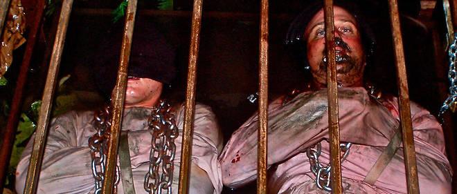 Bain de (faux ?) sang, sejour en cage... Rien n'est epargne aux participants de cette maison hantee de l'extreme.