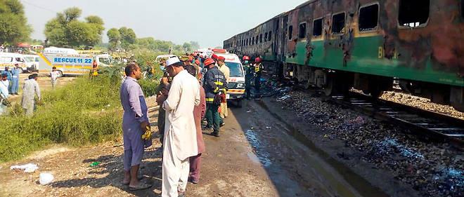 Les secours étaient toujours à pied d'œuvre pour récupérer les corps à l'intérieur du train.