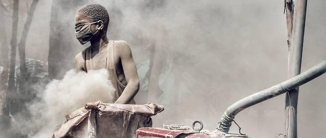 Au « comptoir », les mineurs broient la pierre blanche, sans protection, pour en extraire quelques poussières d'or.