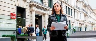 Théa, étudiante française, devant l'entrée de la London School of Economics, à Londres.  ©Stuart FREEDMAN/PANOS-REA