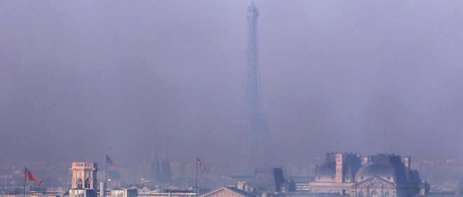 Vue de la tour Eiffel, prise le 28 janvier 2000 à Paris, alors que le seuil d'information, premier de deux niveaux d'alerte à la pollution de l'air, a été déclenché dans l'agglomération parisienne pour le dioxyde d'azote (NO2).