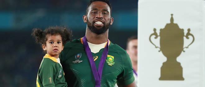 Siya Kolisi et sa fille après la victoire des Springboks face aux Anglais à la Coupe du monde de rugby au Japon.