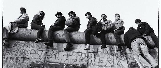 Des habitants de Berlin-Ouest et de Berlin-Est en novembre 1989, quelques heures après la chute du Mur.