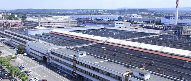 C'est le parking de stockage des voitures sorties de chaîne de l'usine PSA de Sochaux (Doubs) qui sera bientôt couvert de panneaux photovoltaïques.