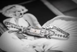 <p>Sertie de diamants, cette montre de cocktail datant des années 1930 aurait été offerte à Marilyn Monroe par son troisième mari, Arthur Miller.</p> <p></p>
