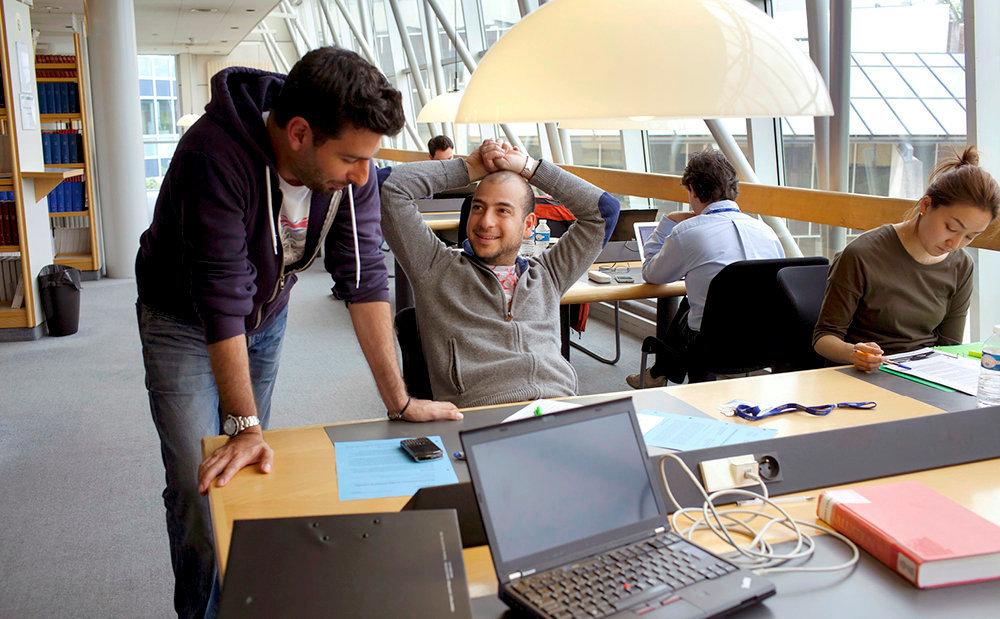 Référence. A la bibliothèque de l'Insead, àFontainebleau. L'école propose un MBA à temps plein.