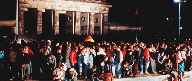 Les Berlinois célèbrent la chute du mur de Berlin.