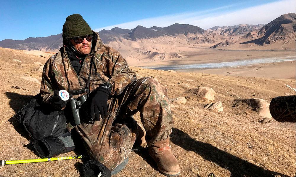 En treillis. Sylvain Tesson au Tibet, en 2018, photographié par Vincent Munier, qui l'a accompagné à la recherche de la panthère des neiges.