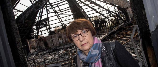 La maire de Chanteloup-les-Vignes, Catherine Arenou, devant le chapiteau incendié.