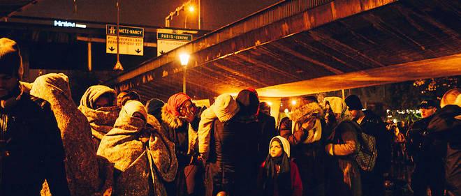Évacuation des camps de migrants de la porte de La Chapelle et de l'avenue Wilson (Saint-Denis). 1 606 personnes ont été évacuées jeudi matin pour être relogées temporairement dans des gymnases de la région parisienne.