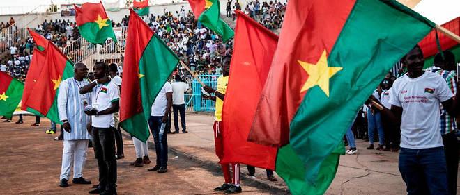 Drapeau national en main les Burkinabè soutiennent du mieux qu'ils peuvent les forces de défense et de sécurité.