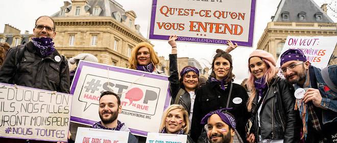 Un groupe de militants féministes lors de la marche pour l'égalité des genres à Paris le 8 mars 2019.
