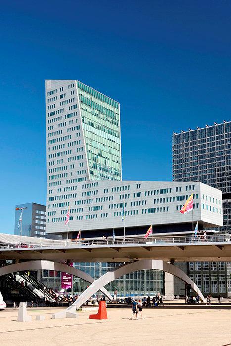 Interconnexion. Euralille, troisième quartier d'afffaires français, avec la tour de Lille (au premier plan) et la gare TGV Lille-Europe.