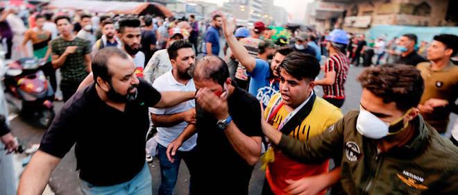 Un manifestant blessé se dirige vers une ambulance à Bagdad lors des manifestations samedi 9 novembre 2019.