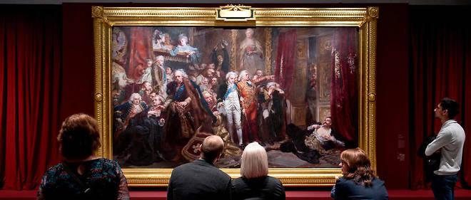 """Visiteurs du musée du Louvre-Lens devant """"Rejtan ou le déclin de la Pologne"""" ou """"Rejtan à la Diète de Varsovie"""" de 1773, un tableau de 1866 de Jan Matejko. © Château royal de Varsovie."""