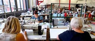 Installé dans une ancienne usine de tissage roubaisienne, l'atelier de couture du Plateau fertile est un espace qui permet aux entreprises de textile de tester des projets.  ©Franck CRUSIAUX/REA