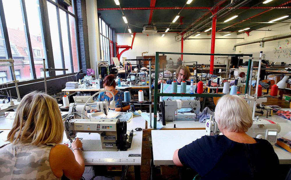 Laboratoire. Installé dans une ancienne usine de tissage roubaisienne, l'atelier de couture du Plateau fertile est un espace qui permet aux entreprises de textile de tester des projets.