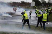 Les manifestations des Gilets jaunes ont donne lieu a de nombreux affrontements avec les forces de l'ordre, comme ici pres de Caen le 8 decembre 2018.