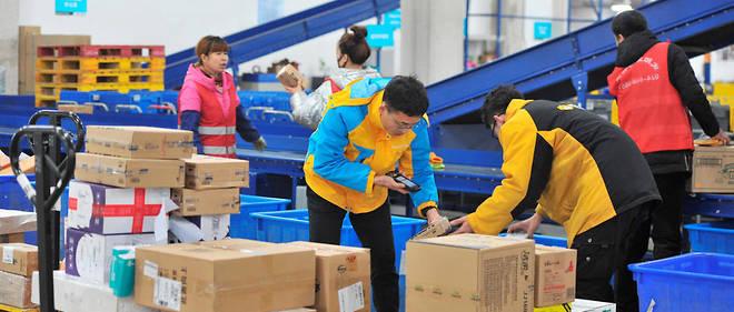Des employés préparent la Fête des célibataires dans un entrepot de l'entreprise Alibaba, àShenyang, qui représente à elle seule la moitié du commerce électronique en Chine.