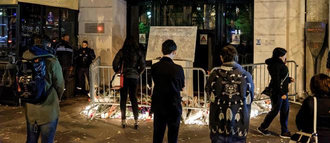 Les attaques ont fait 130 morts dans la salle de concerts du Bataclan, aux terrasses de plusieurs bars et restaurants a Paris et pres du Stade de France.