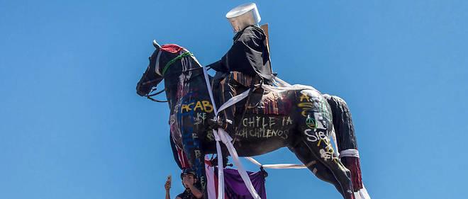 La statue équestre du général Manuel Baquedanos a été vandalisée le 10 novembre 2019 à Santiago du Chili.