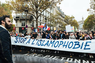 Plusieurs milliers de personnes ont défilé dimanche à Paris pour une marche controversée contre l'islamophobie, qui a déchiré la gauche.