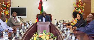 Le Premier ministre remercié par le président Vaz est toujours au palais du gouvernement et celui qui a été nommé pour le remplacer a démissionné.
