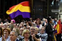 Le 6 novembre 2019, une femme porte un drapeau republicain avant le debut d'une campagne electorale de l'alliance electorale de gauche.