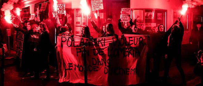 Scandant « Polanski violeur, cinémas coupables », une quarantaine de militantes ont bloqué l'entrée du cinéma Le Champo dans le quartier latin.