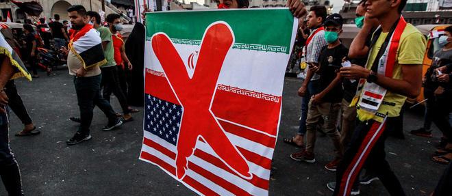 Un manifestant irakien brandit une pancarte opposé à la République islamique d'Iran et aux États-Unis, le 3 novembre 2019 sur la place Tahrir de Bagdad.