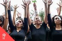 <p>Des femmes habillées en noir avec un œil bandé pour rendre hommage aux blessés lors des manifestations au Chili.</p>