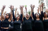 Des femmes habillées en noir avec un œil bandé pour rendre hommage aux blessés lors des manifestations au Chili.