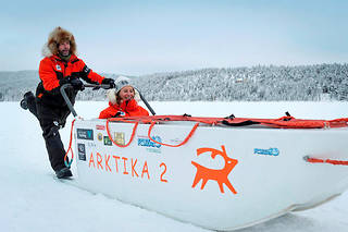Ségolène Royal à bord d'un traîneau conçu pour flotter sur les eaux et son musher, l'explorateur français Gilles Elkaim, à Ivalo, en Laponie finlandaise, ennovembre 2017.   ©GRANIER-DEFERRE Capucine
