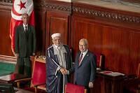 Rached Ghannouchi (à droite), désormais à la tête du Parlement, sert la main à Abdel Fattah Mourou qui a été le candidat des islamistes d'Ennahdha à la présidentielle.
