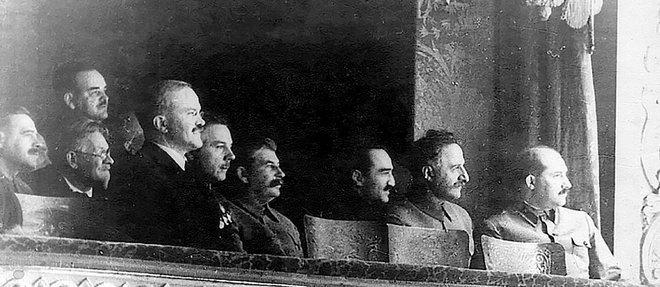 Staline (au centre) et Molotov (premier plan, à g.) au spectacle, entourés de dignitaires soviétiques.