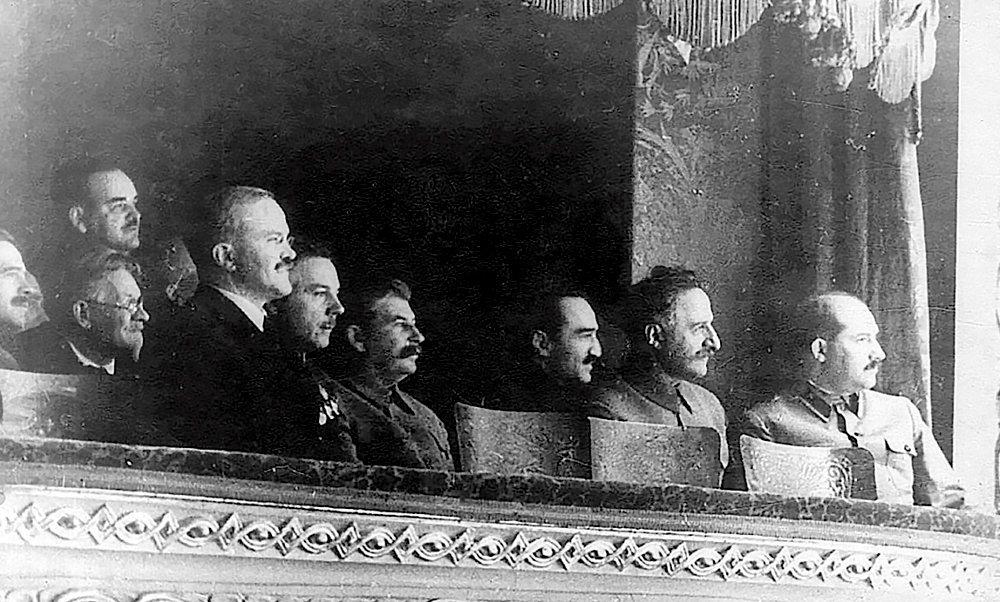 VIP. Staline au spectacle, entouré de dignitaires soviétiques.