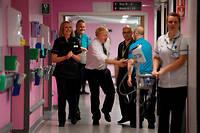 Boris Johnson en visite dans un hôpital du nord de l'Angleterre le 8 novembre.