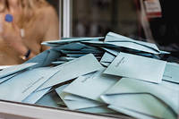 Alors que l'an dernier, la moitié d'entre eux (50%) se disaient prêts à jeter l'éponge, ils ne sont aujourd'hui que 28% à se déclarer certains de ne pas se représenter, selon l'enquête réalisée par le Cevipof.