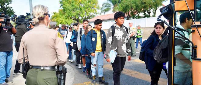 Les élèves du lycée Saugus montent dans un bus après la fusillade.