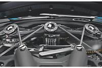 Le mécanisme de la montre Richard Mille RM 53-01 Tourbillon Pablo Mac Donough est suspendu au cœur du boîtier de 49,94 x 44,50 mm par un système de câbles reprenant le principe du Golden Gate Bridge de San Francisco.